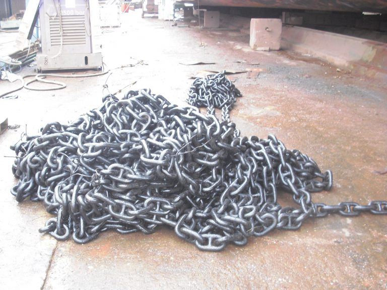 removal damaged cylinder cover head at shipyard